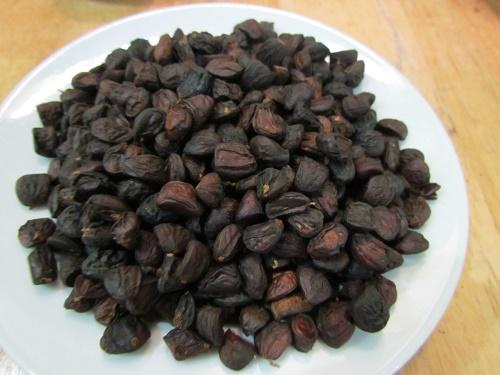 Hạt mắc mật sau khi được phơi khô có màu như hình. Lượng hạt dổi trên đĩa khoảng 0,5kg và có thể sử dụng cả năm