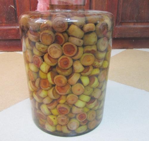 cach lam giam tao meo cần phải chẻ nhỏ hoặc bổ đôi quả táo để các dược chất có thể thoát ra ngoài hòa vào nước tạo ra dung dịch dam tao meo