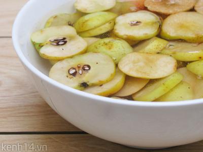 Trước khi làm cần phải bổ đôi táo, không được để nguyên quả