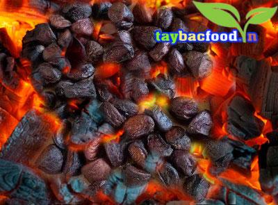 Nướng hạt dổi rừng trên bếp than hoa